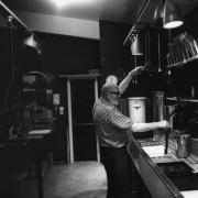 Ansel Adams nella sua darkroom domestica, 1968