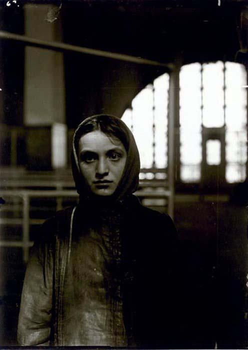 Lewis Hine_Giovane ebrea ad Ellis Island 1905